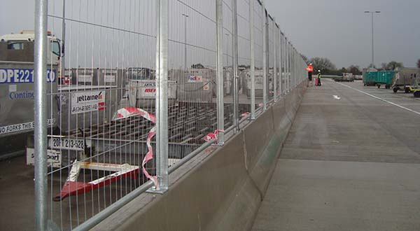 APC-154 Double Sided Barrier With 1.80m High Safety Fence